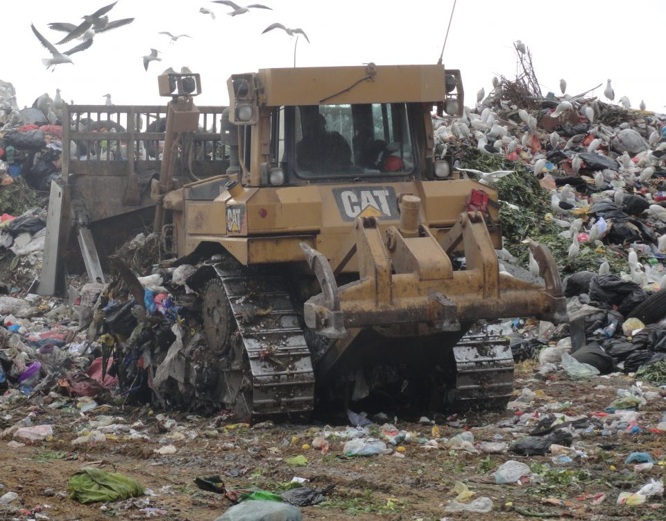 bulldozer operando en relleno sanitario